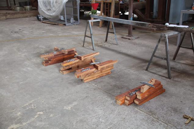 Erste Sets von Bauteilen für Briquette-Handpressen. Ds Originaldesign stammt von Engineers without Borders und wurde im Laufe des Workshops angepasst und verändert.