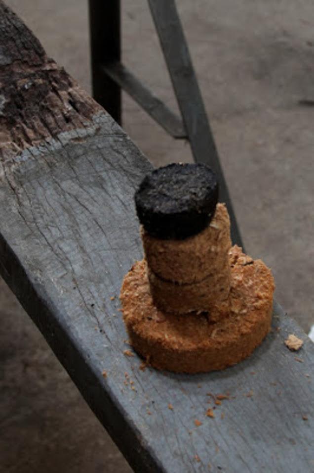 Hier sind einige Briquettes zu sehen, aus unterschiedlichen Materialien und mit unterschiedlichen Durchmessern.