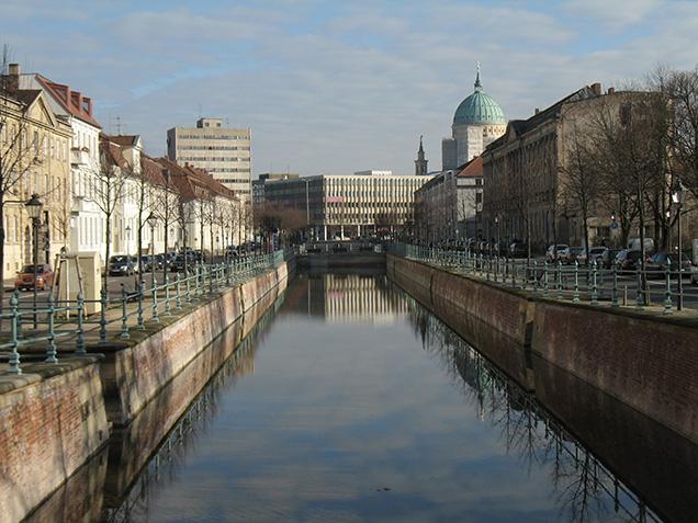 Der Kanal mit Wasser